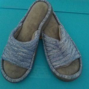 Woman's nwot Isotoner slippers, Sz 6.5-7